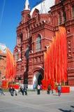 Bandeiras vermelhas Decoração do dia da vitória pelo museu histórico em Moscou Imagens de Stock