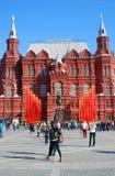 Bandeiras vermelhas Decoração do dia da vitória pelo museu histórico em Moscou Fotos de Stock