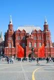 Bandeiras vermelhas Decoração do dia da vitória pelo museu histórico em Moscou Fotografia de Stock