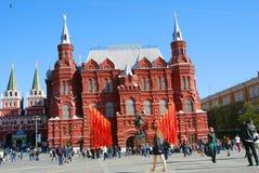 Bandeiras vermelhas Decoração do dia da vitória pelo museu histórico em Moscou Imagens de Stock Royalty Free