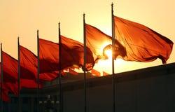 Bandeiras vermelhas no nascer do sol fotos de stock