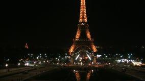 Bandeja à torre Eiffel na noite vídeos de arquivo