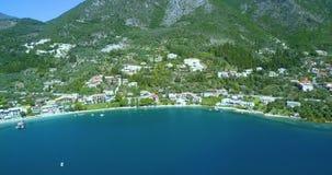 Bandeja aérea da cidade costeira idílico mediterrânea com os iate que pontilham a água azul video estoque