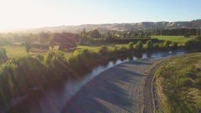 Bandeja aérea sobre Nova Zelândia rural no por do sol filme