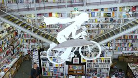 Bandeja acima da livraria de Ler Devagar no complexo artística da fábrica de LX em Alcantara, Lisboa vídeos de arquivo