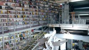 Bandeja acima da livraria de Ler Devagar no complexo art?stica da f?brica de LX em Alcantara, Lisboa vídeos de arquivo