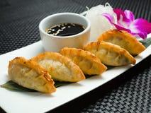 Bandeja asiática tradicional bolinhas de massa fritadas do gyoza Fotos de Stock