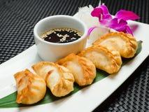 Bandeja asiática tradicional bolinhas de massa fritadas do gyoza Imagem de Stock