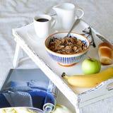 Bandeja blanca de la cama de la porción con la comida - elegancia lamentable Imagenes de archivo