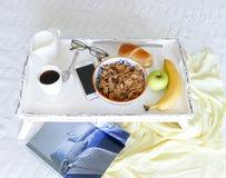 Bandeja blanca de la cama de la porción con la comida - elegancia lamentable Fotografía de archivo libre de regalías