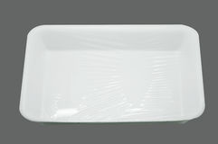 Bandeja blanca envuelta de la comida de la espuma de poliestireno Foto de archivo