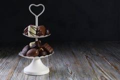 Bandeja branca do servi?o de duas s?ries completamente de confeitos doces com doces e confeitos de chocolate fotografia de stock