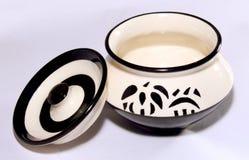 Bandeja cerâmica branca do potenciômetro com projetos do estêncil Fotografia de Stock Royalty Free
