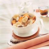 Bandeja com a bacia de cereal e de fruto imagem de stock royalty free