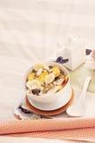 Bandeja com a bacia de cereal e de fruto Foto de Stock