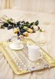 Bandeja com café da manhã em uma cama decorada com rosas Fotografia de Stock Royalty Free