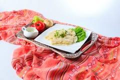 Bandeja com o hingal com queijo e vegetabl, culinária azerbaijana tradicional Vista lateral foto de stock royalty free