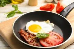 Bandeja com o ovo, bacon e o tomate fritados do estrelado fotos de stock