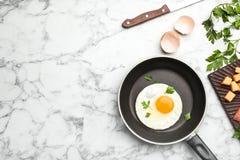 A bandeja com o ovo fritado do estrelado serviu na tabela imagem de stock royalty free