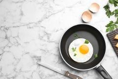 A bandeja com o ovo fritado do estrelado serviu na tabela fotos de stock royalty free