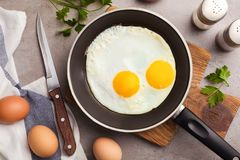 A bandeja com os ovos fritados do estrelado serviu na tabela fotografia de stock