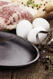Bandeja com ovos e bacon frescos Fotografia de Stock