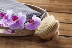 Bandeja con el cepillo de la toalla y de la parte posterior para el lavado y la relajación Fotos de archivo libres de regalías