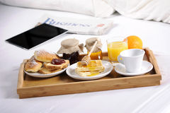 Bandeja con el desayuno Imagen de archivo