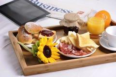 Bandeja con el desayuno Fotos de archivo libres de regalías
