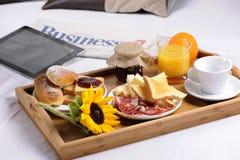 Bandeja con el desayuno Fotos de archivo