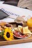 Bandeja con el desayuno Foto de archivo