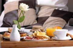 Bandeja con el desayuno Foto de archivo libre de regalías