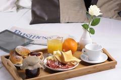Bandeja con el desayuno Imagenes de archivo
