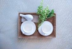 Bandeja con el juego de té y flor en la cama Imágenes de archivo libres de regalías