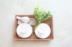 Bandeja con el juego de té y flor en la cama Imagenes de archivo