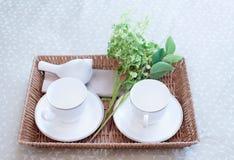 Bandeja con el juego de té y flor en la cama Fotografía de archivo