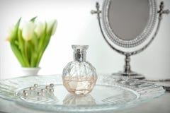Bandeja con la botella de perfume foto de archivo libre de regalías