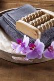 Bandeja con la toalla y las flores para la relajación y el masaje Foto de archivo libre de regalías