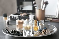 Bandeja con las botellas y los accesorios de perfume Imágenes de archivo libres de regalías