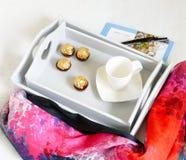 Bandeja con las manijas en forma de corazón - elegancia lamentable de la cama de Grey Serving Fotografía de archivo libre de regalías