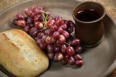 Bandeja con pan, las uvas y la taza de vino Fotografía de archivo libre de regalías