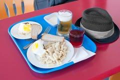Bandeja con un desayuno en una pequeña tabla en café Imagen de archivo libre de regalías