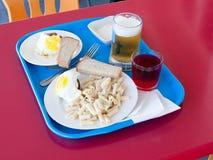 Bandeja con un desayuno en una pequeña tabla en café Imagenes de archivo