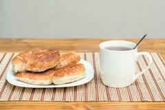 Bandeja con una variedad de pasteles del té imágenes de archivo libres de regalías