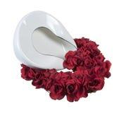 Bandeja da cama em uma cama de rosas Fotos de Stock Royalty Free