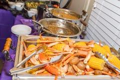 Bandeja da fervura do pé e do camarão de caranguejo com aparamentos Fotos de Stock Royalty Free