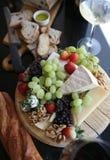Bandeja da fruta fresca e do queijo Imagem de Stock