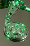 Bandeja da movimentação de disco rígido:  Dentro de uma movimentação de disco rígido com um verde Foto de Stock