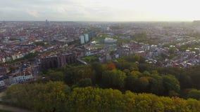 Bandeja da opinião aérea de Bruxelas, parques dos quartos das ruas das construções filme