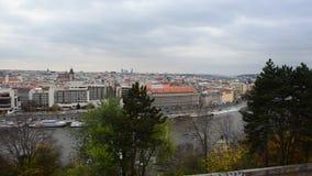 Bandeja da opinião alta da cidade e do rio de Vltava do parque de Letna em Praga, República Checa video estoque